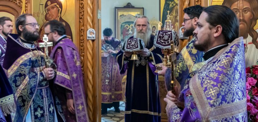 Управляющий викариатством Новых территорий г.Москвы архиепископ Каширский Феогност совершил Божественную Литургию в храме Живоначальной Троицы в Ознобишине